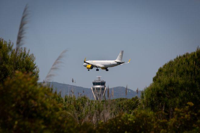 Un avión aterriza en el aeropuerto de El Prat cerca del espacio protegido natural de La Ricarda.