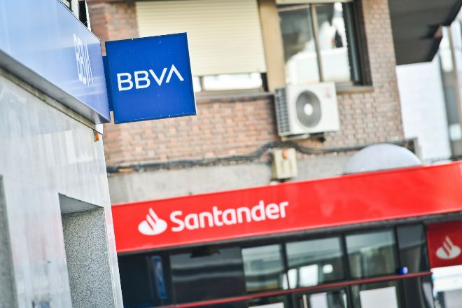 Las restricciones han reducido de media un 7% la cotización de los bancos, según el supervisor. En la imagen, sucursales de BBVA y Santander.