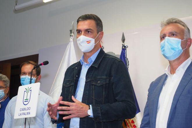 El presidente del Gobierno, Pedro Sánchez, y el presidente de Canarias, Ángel Víctor Torres.
