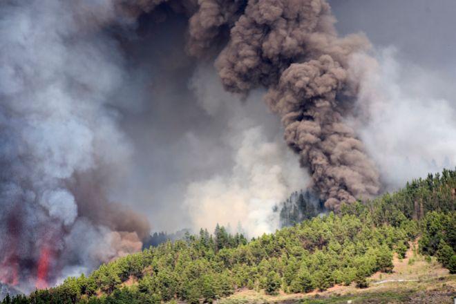 Columnas de humo y cenizas ayer en Cumbre Vieja tras comenzar la erupción.