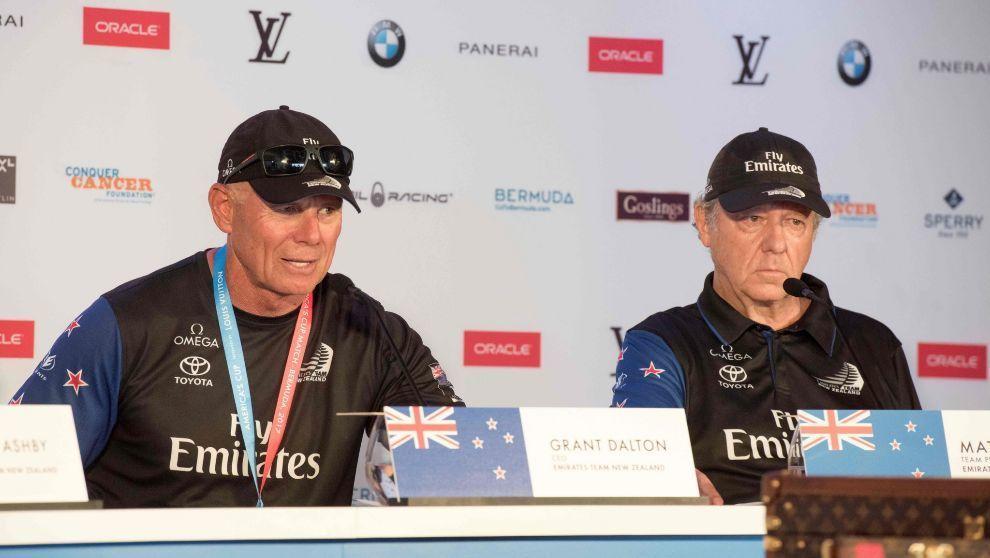 Grant Dalton y Matteo de Nora, CEO y jefe del Team New Zealand, tras ganar la Copa América en Bermudas