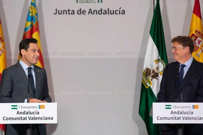 El presidente de la Junta de Andalucía, Juanma  Moreno, y el de la Generalitat Valenciana, Ximo puig, tras el encuentro.