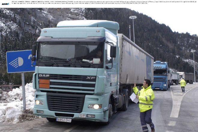 En la foto, un camión de mercancías espera la tramitación de la autorización para su paso por el túnel.