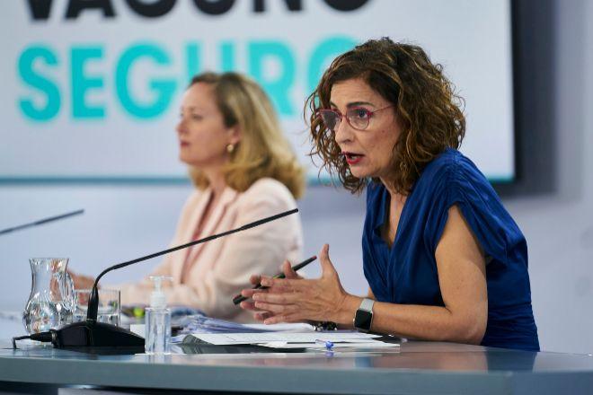 La vicepresidenta primera y ministra de Asuntos Económicos y Transformación Digital, Nadia Calviño (i), y la ministra de Hacienda y Función Pública, María Jesús Montero.