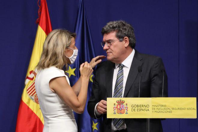 La vicepresidenta Segunda del Gobierno y ministra de Trabajo y Economía Social, Yolanda Díaz, con el ministro de Inclusión, Seguridad Social y Migraciones, José Luis EScrivá.