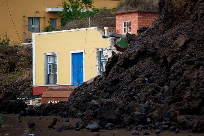 La colada de lava ha irrumpido este miércoles en el pueblo de Todoque, en el municipio de Los Llanos de Aridane, derribando todo a su paso.
