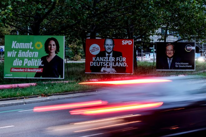 Carteles electorales en una calle de Berlín con los candidatos a los comicios alemanes Annalena Baerbock (Los Verdes), Olaf Scholz (Partido Socialdemócrata SPD), y Armin Laschet (Unión Democristiana, CDU).