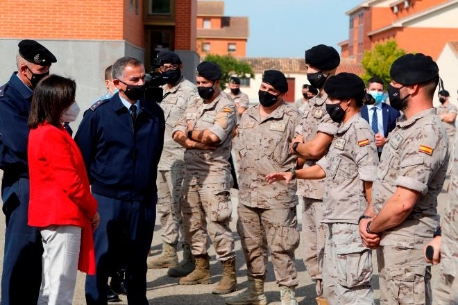 La ministra de Defensa, Margarita Robles  da las gracias a los soldados que estuvieron en Afganistán durante su visita este jueves a la Base Aérea de Zaragoza.