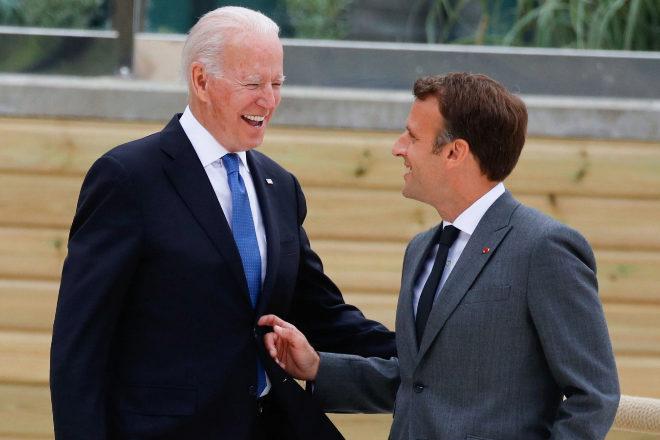 Joe Biden y Emmanuel Macron conversan en la pasada cumbre del G7.