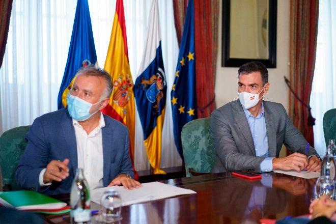 El presidente del Gobierno, Pedro Sánchez (dcha.), se ha reunido este viernes en La Palma con el presidente de Canarias, Ángel Víctor Torres (izda.).