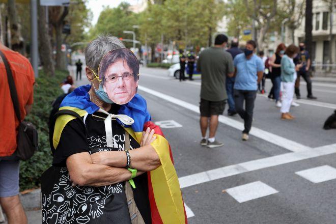 Protestas en el centro de Barcelona tras la detención de Carles Puigdemont. Frente al consultado italiano, se han concentrado unas 300 personas.