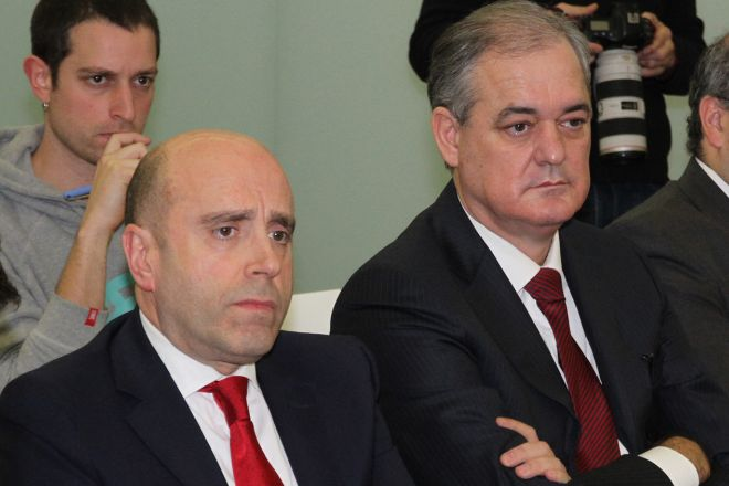Javier García Lurueña (derecha) y Joseba Barrena, presidente y consejero delegado de Cajasur, respectivamente. Lurueña es también consejero delegado de Kutxabank.