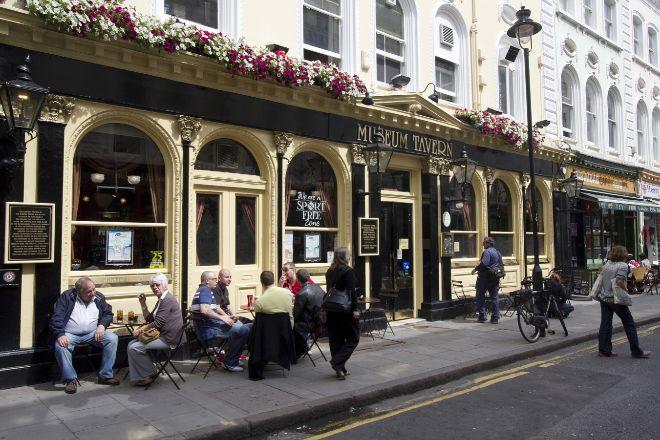 Terraza de un típico pub inglés ubicado en Londres.