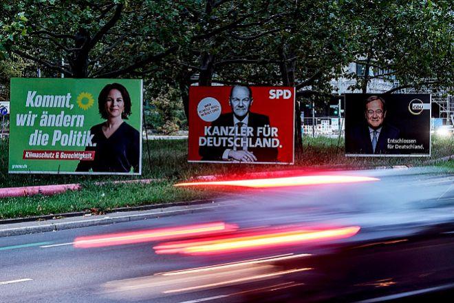 Los carteles electorales de los tres aspirantes a suceder a Merkel en la cancillería: Baerbock (Los Verdes), Scholz (SPD) y Laschet (CDU).
