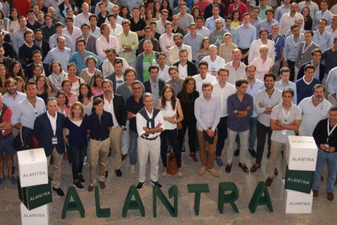 El presidente de Alantra, Santiago Eguidazu (en el centro, en primera fila), con parte del equipo nacional e internacional de la firma.