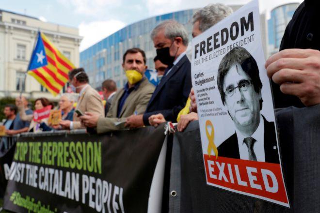 Una treintena de personas se concentraron este viernes frente al Parlamento Europeo en Bruselas para arropar a Puigdemont (en la foto). En Barcelona, lo hicieron 300 personas frente al consulado italiano.