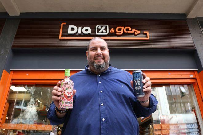 Jordi Boada, socio de DMB, ante un local de Dia, una de las cadenas donde la firma vende sus bebidas.