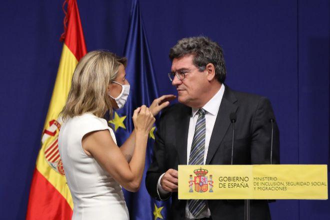 La vicepresidenta Segunda del Gobierno y ministra de Trabajo y Economía Social, con el ministro de Inclusión, Seguridad Social y Migraciones, José Luis Escrivá.