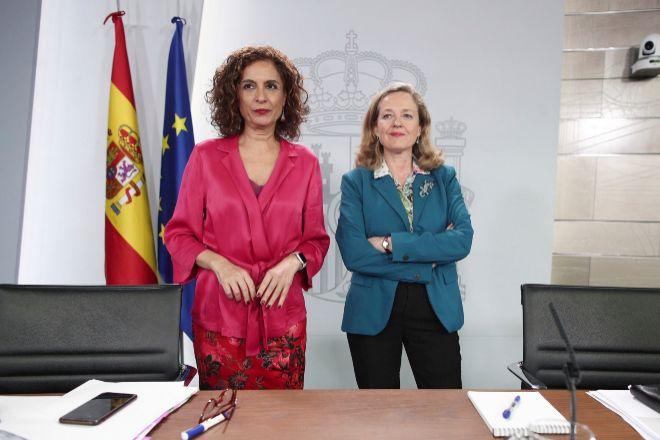 La ministra  de Hacienda, María Jesús Montero (i) y la vicepresidenta primera y ministra de Asuntos Económicos y Transformación Digital, Nadia Calviño.