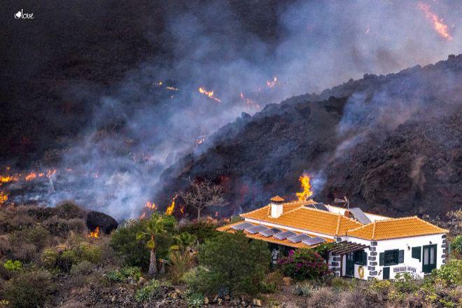 Una casa; en mitad de la lava del volcán de La Palma queda a salvo de ser destrozada.