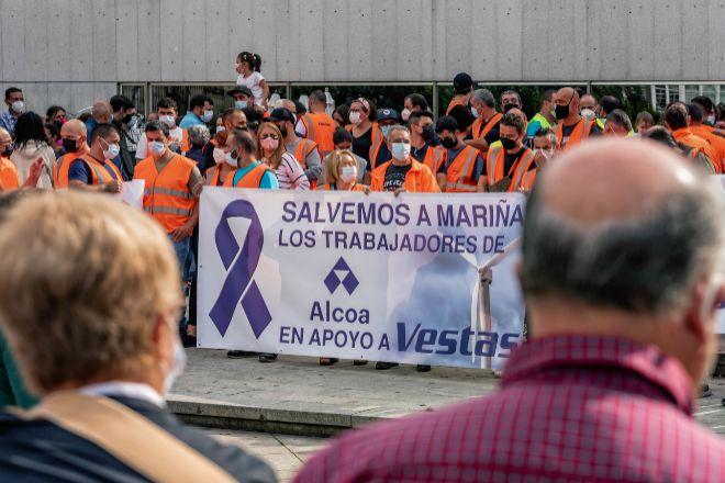Trabajadores de Alcoa acuden a una concentración de apoyo a los trabajadores de la fábrica de Vestas en Viveiro (Lugo) por el cierre inminente de la planta.