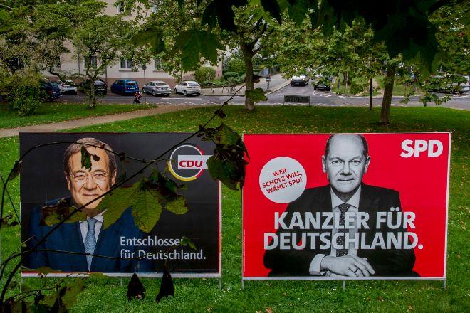 Carteles electorales de Scholz y Laschet.