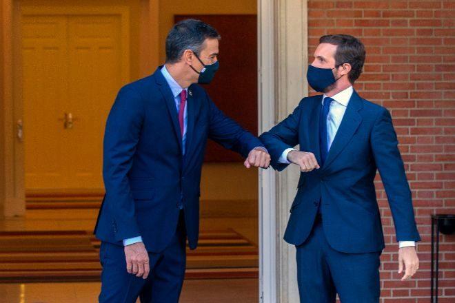 El presidente del Gobierno, Pedro Sánchez, recibe al líder del Partido Popular, Pablo Casado, en el Palacio de La Moncloa.