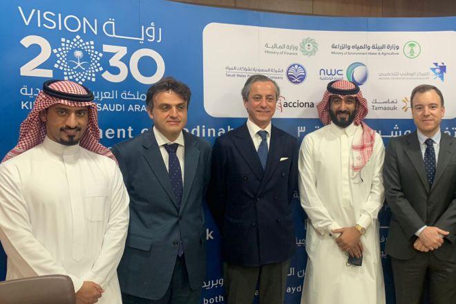 Representantes de Acciona y Arabia Saudí tras la firma del acuerdo.