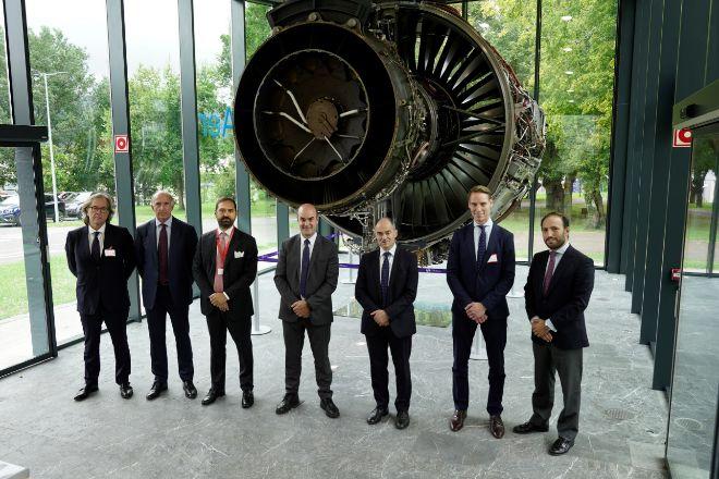 De izquierda a derecha: Ibon Aperribay, presidente de Sapa; Ian Davis, presidente de Rolls-Royce; Ivano Sessa managing director de Bain Capital; Carlos Alzola, director general de ITP; Warren East, CEO de Rolls-Royce; Tobias Weidner, principal de Bain Capital; y Miguel Azorin, 'managing director' de JB Capital.
