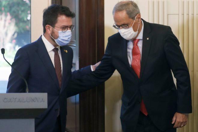 Pere Aragonès, con su predecesor, Quim Torra (Junts), poco antes del inicio del Debate de Política General en el Parlament.