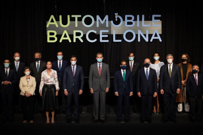 La ministra de Industria, Comercio y Turismo, Reyes Maroto (2i); el presidente del Gobierno, Pedro Sánchez  (3i) y el Rey Felipe VI (4i), posan en el salón Automobile Barcelona, en el recinto de Montjuïc de Fira de Barcelona, a 30 de septiembre de 2021, en Barcelona.
