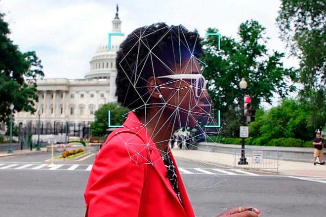 El documental de Netflix 'Sesgo codificado' analiza los fallos que existen en el reconocimiento facial y las tendencias racistas en algunos algoritmos. Los sesgos de la sociedad y de los programadores están presentes y, de manera consciente o inconsciente, los trasladan a sus trabajos. El problema, además, es que todo se puede 'hackear' con consecuencias impredecibles.