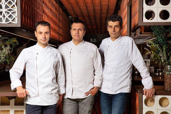 Disfrutar, liderado por Eduard Xatruch, Mateu Casañas y Oriol Castro en Barcelona, sube desde el noveno lugar al quinto puesto.