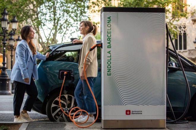 Punto de recarga para vehículos eléctricos en el Paseo de Gracia, en una imagen cedida por LA empresa pública Barcelona de Serveis Municipals (B:SM).