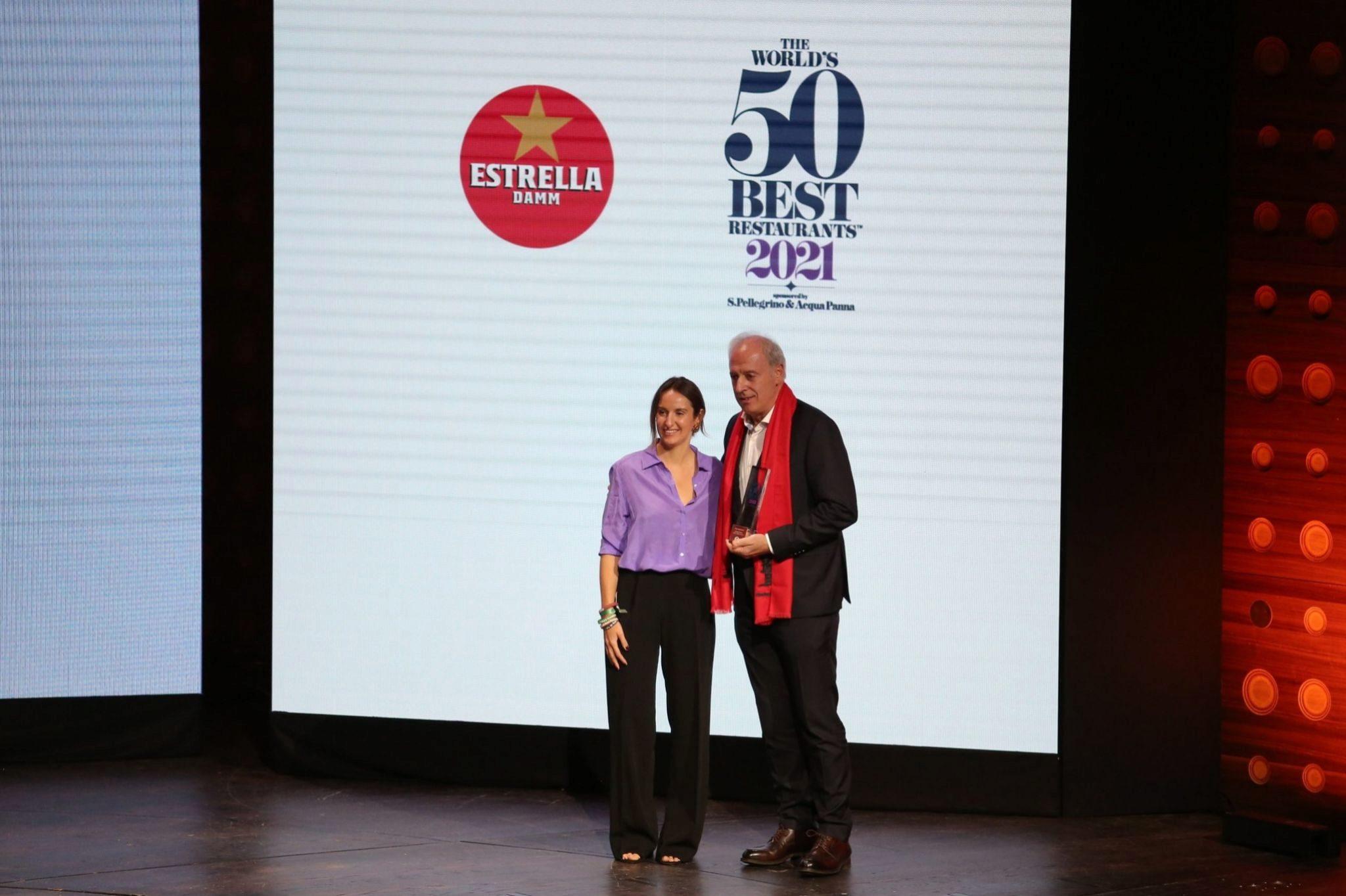 Arginzoniz recoge el Estrella Damm Chefs Choice Award 2021, de la mano de Maria Faus, responsable de Exportación de Estrella Damm.