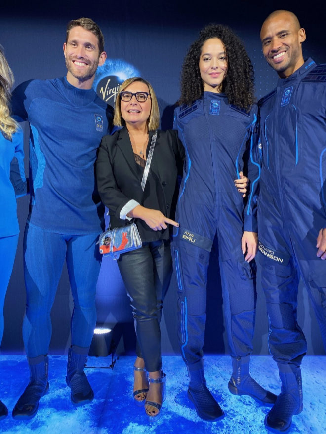 Ana Bru durante la presentación del traje espacial que llevará en su viaje a la estratosfera con Virgin Galactic.