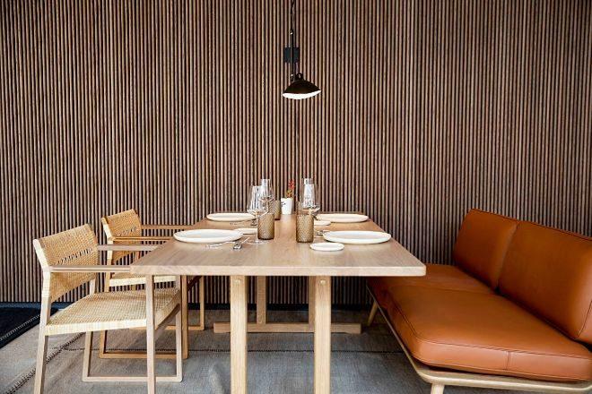 Una de las mesas de Desde 1911, de estilo nórdico, en la que se combina sillas y sofá.