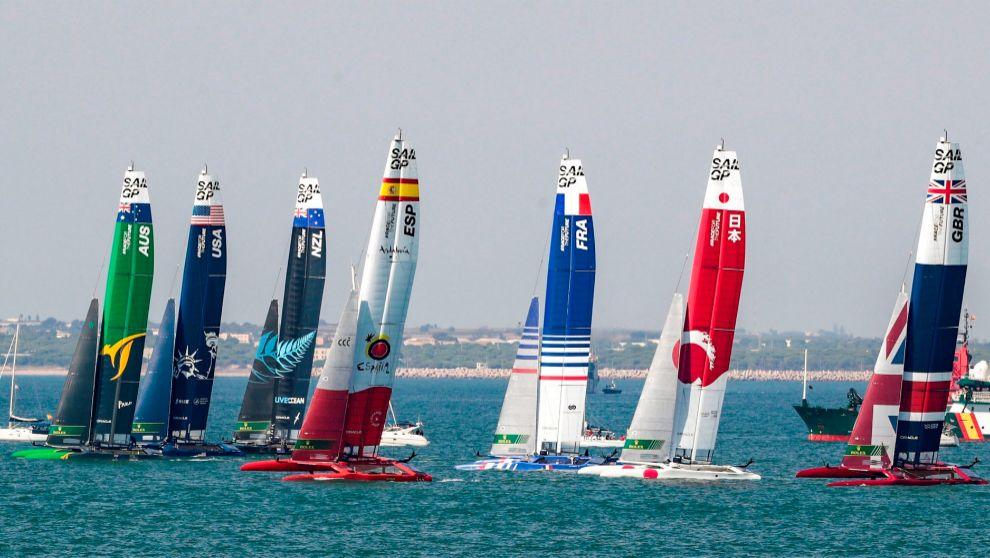 El F50 Victoria del equipo español, junto al resto de la flota del...