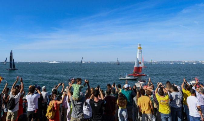 Los aficionados de Cádiz, tras el triunfo del Victoria F50 de España.   SPAIN GRAND PRIX SAILGP