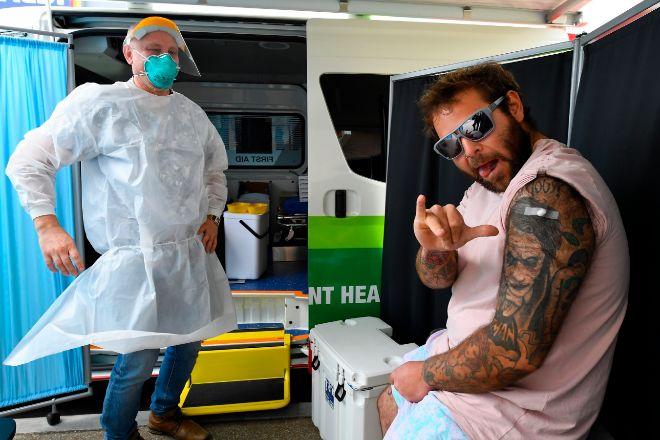 Un ciudadano gesticula ayer tras recibir la vacuna en Epping, Melbourne en un puesto itinerante de vacunación.