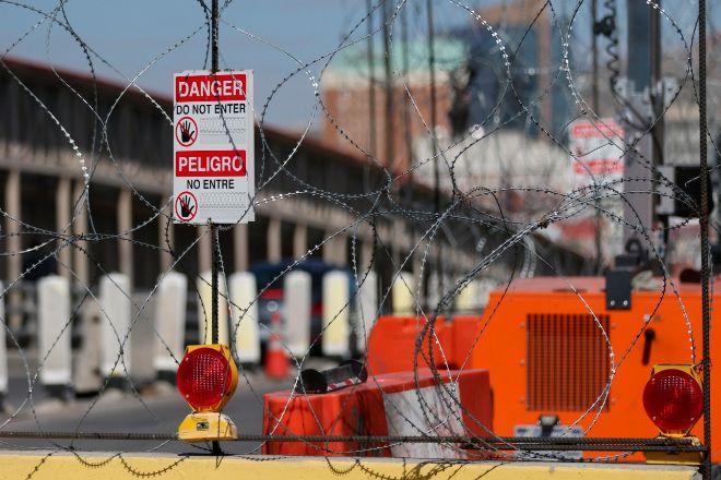 Vista ayer de una barricada de alambres en el puente internacional Paso del Norte de Ciudad Juárez, estado de Chihuahua, México. Empresarios han valorado en una conferencia la decisión de las autoridades estadounidenses de reabrir en noviembre sus fornteras terrestres entre Ciudad Juárez (Chihuahua) y El Paso (Texas), que permanecían cerradas desde marzo de 2020.