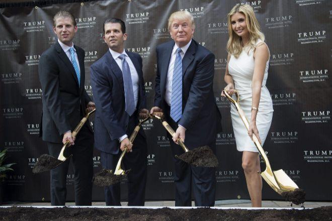 Donald Trump y sus hijos, durante la inauguración del Trump International Washington en octubre de 2016.