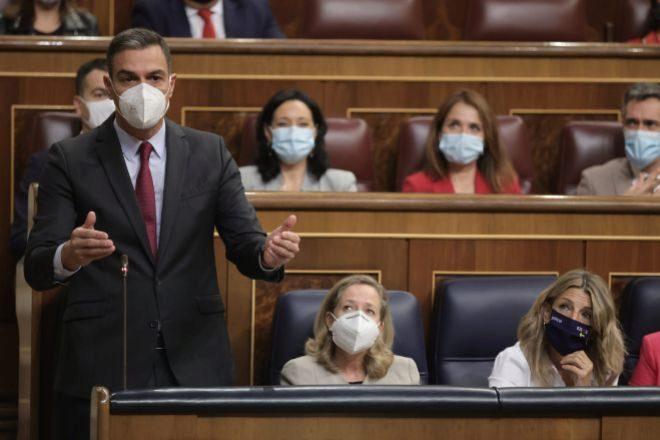 El presidente del Gobierno, Pedro Sánchez, junto a las vicepresidentas primera y segunda, Nadia Calviño y Yolanda Díaz, durante la sesión de control al Gobierno en el Congreso de los Diputados este miércoles.