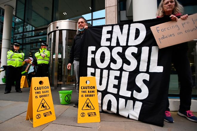 Manifestantes climáticos ayer a las puertas de la sede del Banco Mundial en Londres.