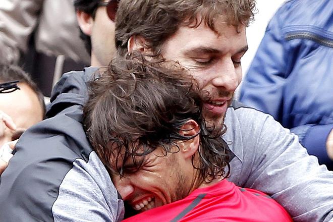 A Rafa Nadal y Pau Gasol les une una gran amistad. Han montado un restaurante juntos. En la imagen, el exjugador de la NBA felicita al tenista tras ganar Roland Garros en 2012.