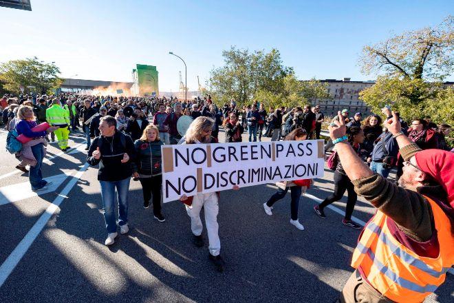 Ciudadanos italianos protestan en el puerto de Trieste por la implantación del pasaporte Covid.