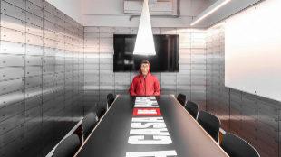 Sala de reuniones inspirada en La Casa de Papel diseñada por Lagranja...