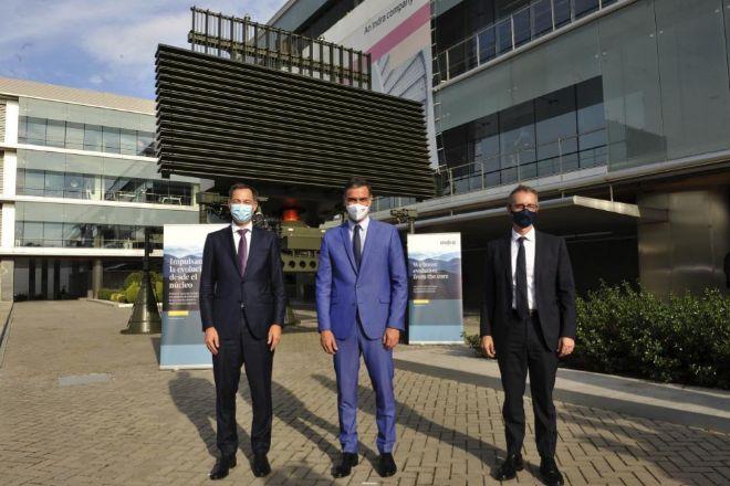 De izquierda a derecha, el primer ministro belga, Alexander de Croo, Pedro Sánchez y Marc Murtra, ayer en la sede de Indra.