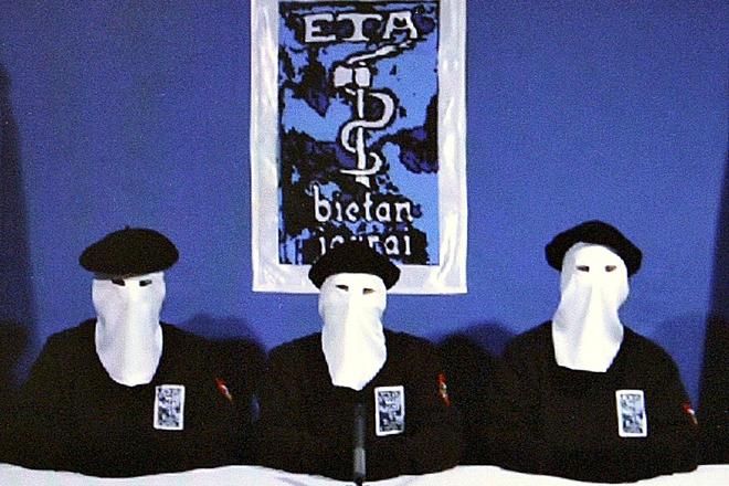 """Captura del vídeo del 20 de octubre de 2011, en el que tres encapuchados anunciaron el """"cese definitivo de la actividad armada"""" de la banda terrorista ETA."""