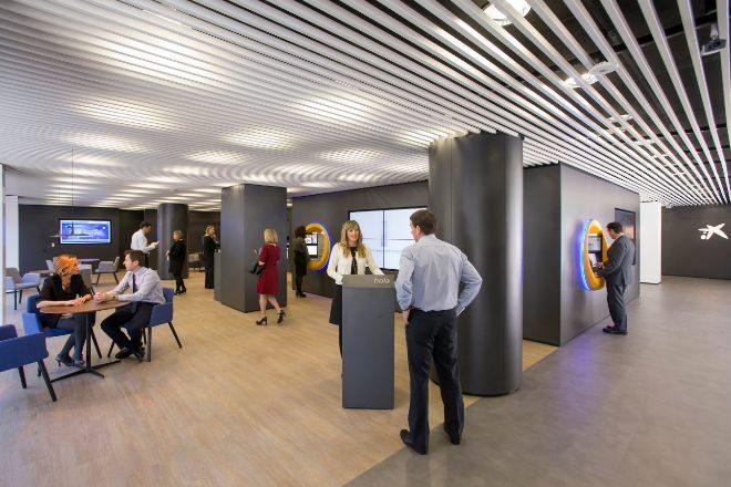 Interior de una 'oficina store' de CaixaBank.